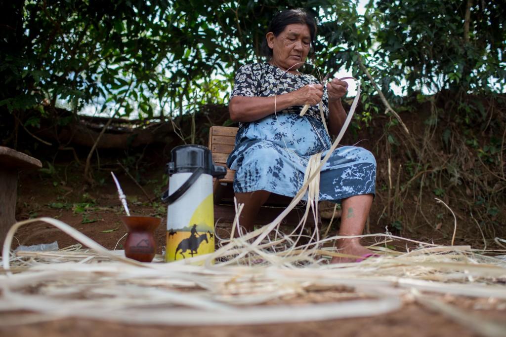 Una mujer indígena fabrica artesanías durante el año para venderlas a los turistas. Foto cortesiía de Mauro Pimentel.