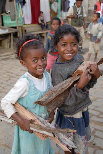 Unas niñas recogen leña en una comunidad donde la ONG Conservación Internacional Madagascar ha ofrecido servicios ambientales y de planeamiento familiar. Foto de N'Aina Zo Zatovonirinia / Conservation International.