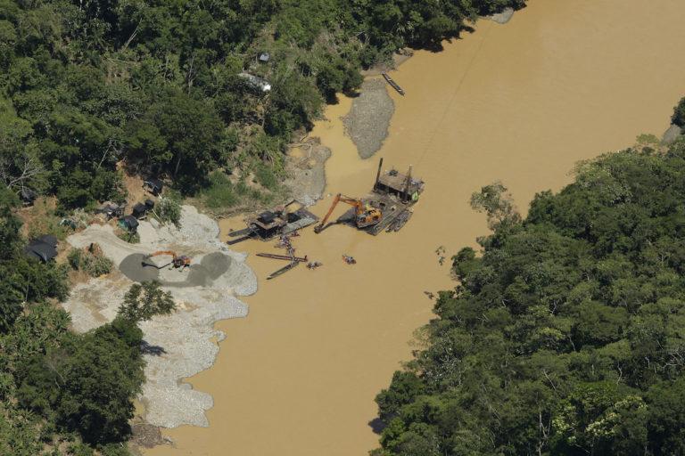 Mercurio en Latinoamérica: Vista panorámica que muestra la actividad minera en el río Teta, Colombia. Foto: Daniel Reina / Revista Semana Sostenible.
