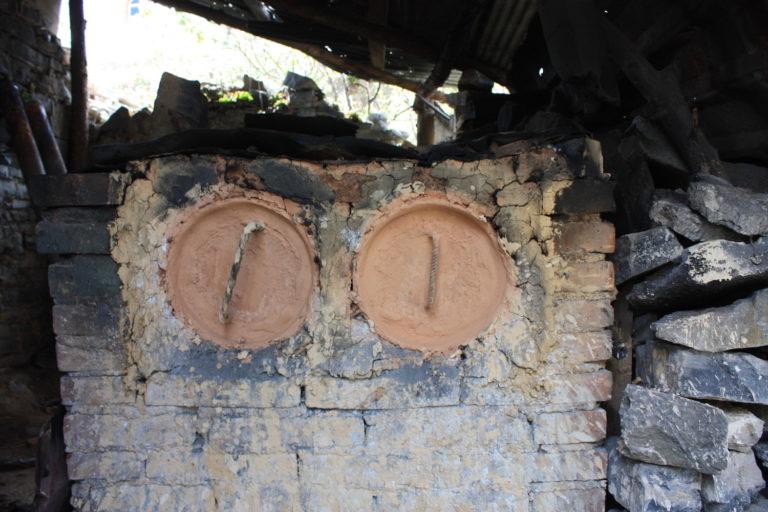 Mercurio en Latinoamérica: Horno de mercurio en el traspatio de una casa del Llano. Foto: Karen de la Torre.