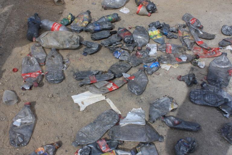 Las botellas de plástico se usan para el comercio ilegal de mercurio. Foto: Karen de la Torre.