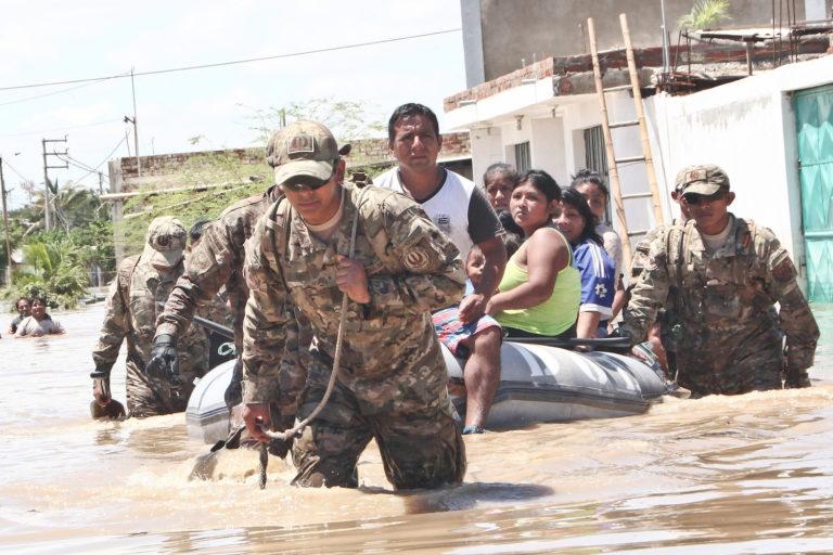 Personal de las Fuerzas Armadas de Perú participaron en el rescate de las familias aisladas por las inundaciones. Foto: Oscar Chong.